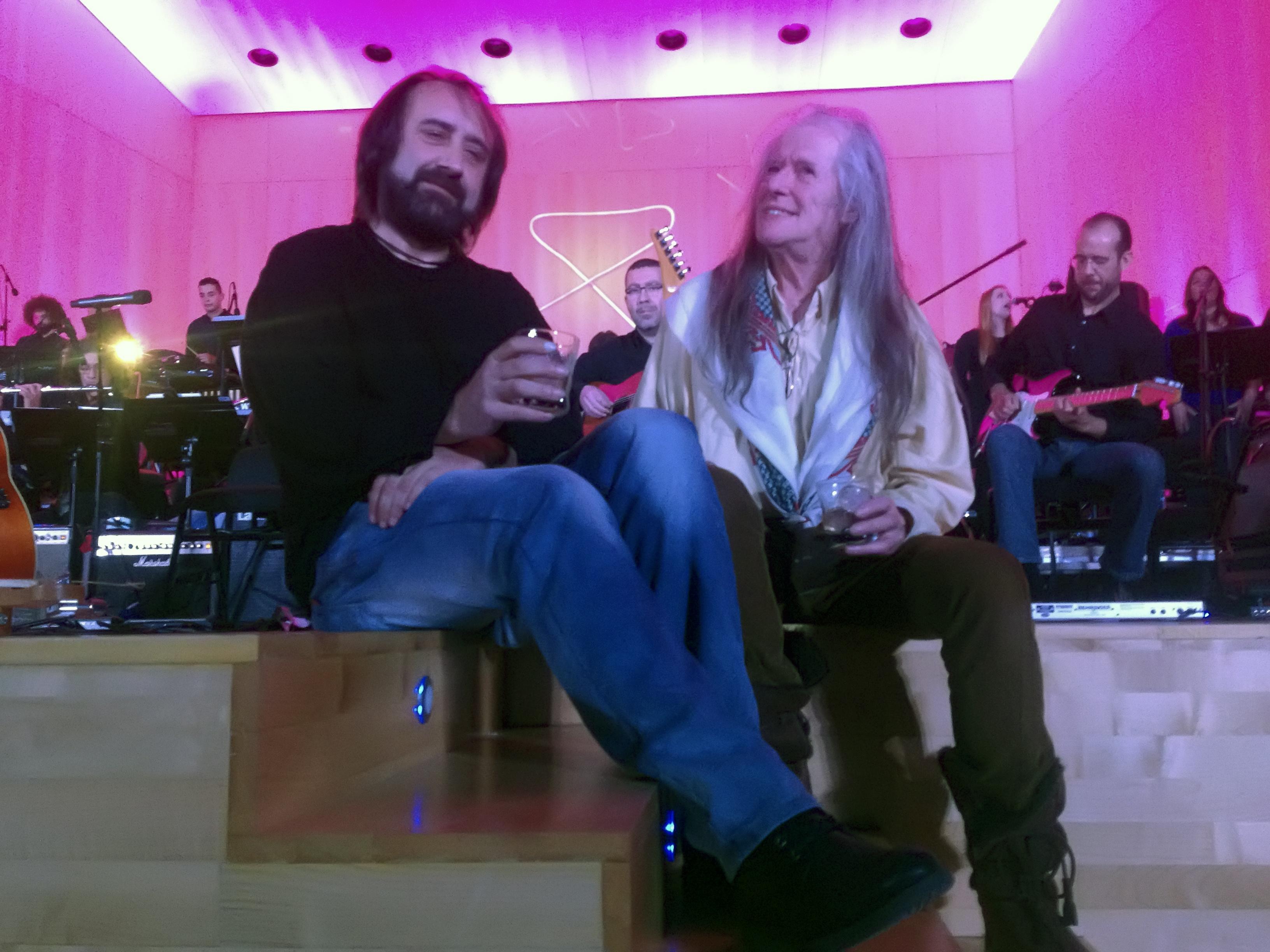 """Silverio y Tom Newman mientras suena """"The Lake"""""""