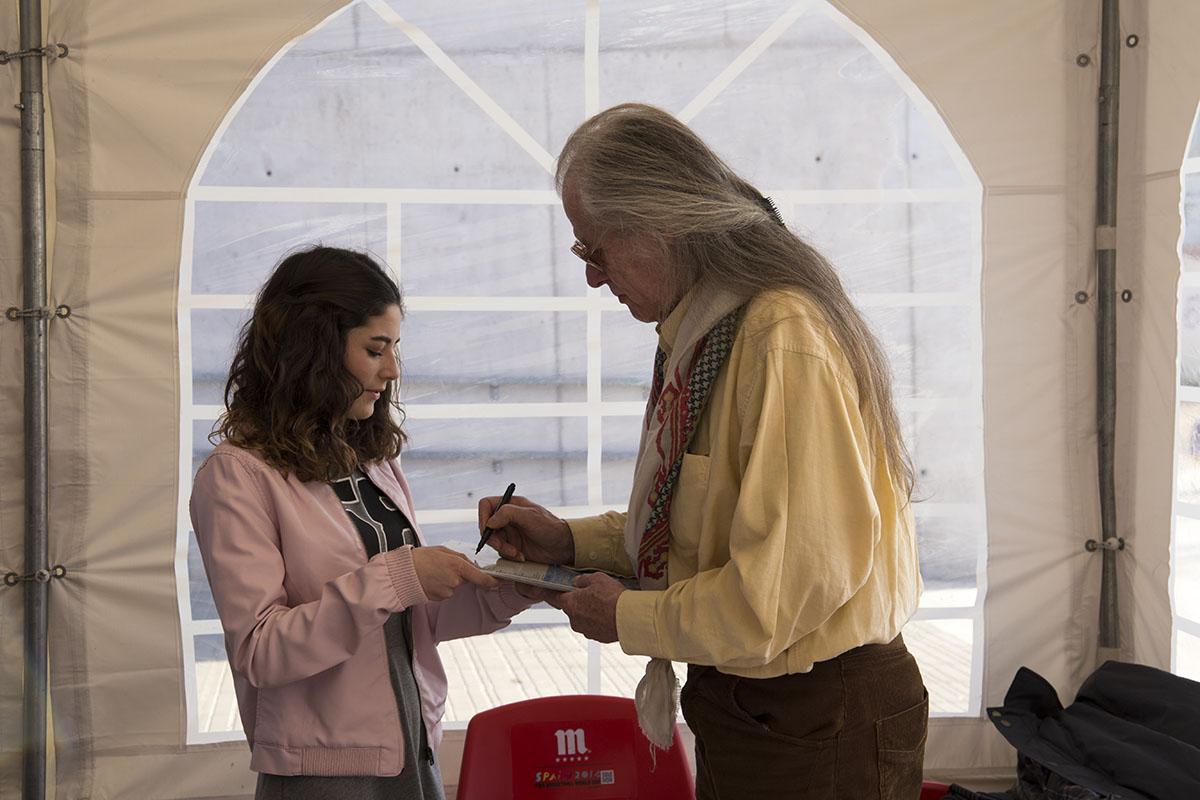 Tom Newman firmándo un autógrafo a Luna, una Mikenífica desde los inicios.