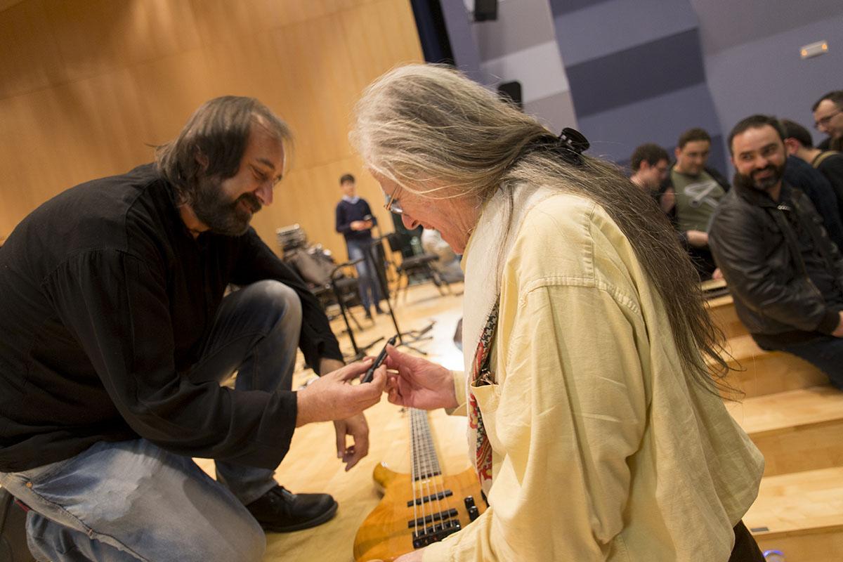 Tom Newman firmando todas las guitarras de Fadalack