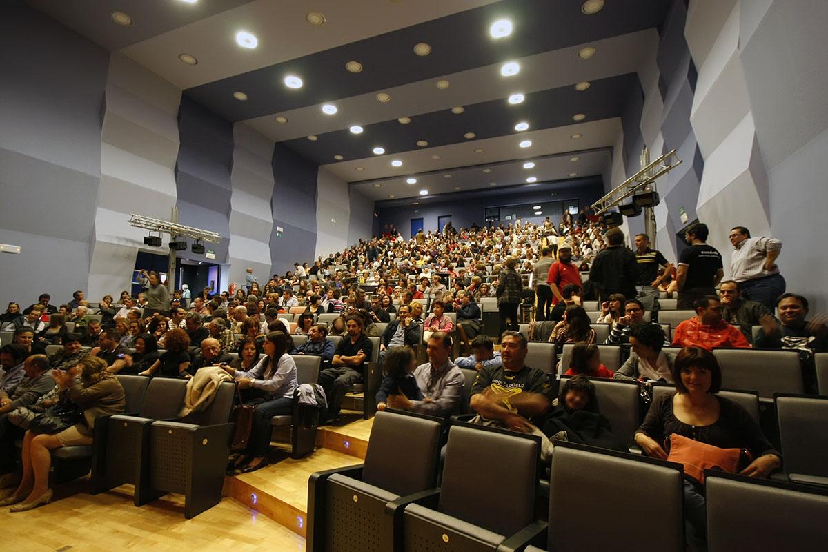 El auditorio comienza a llenarse