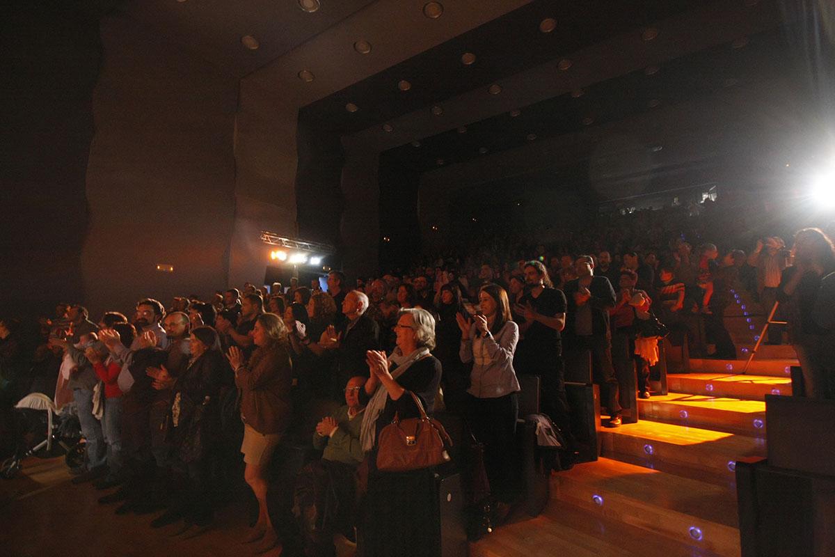 Todo el público en pie.