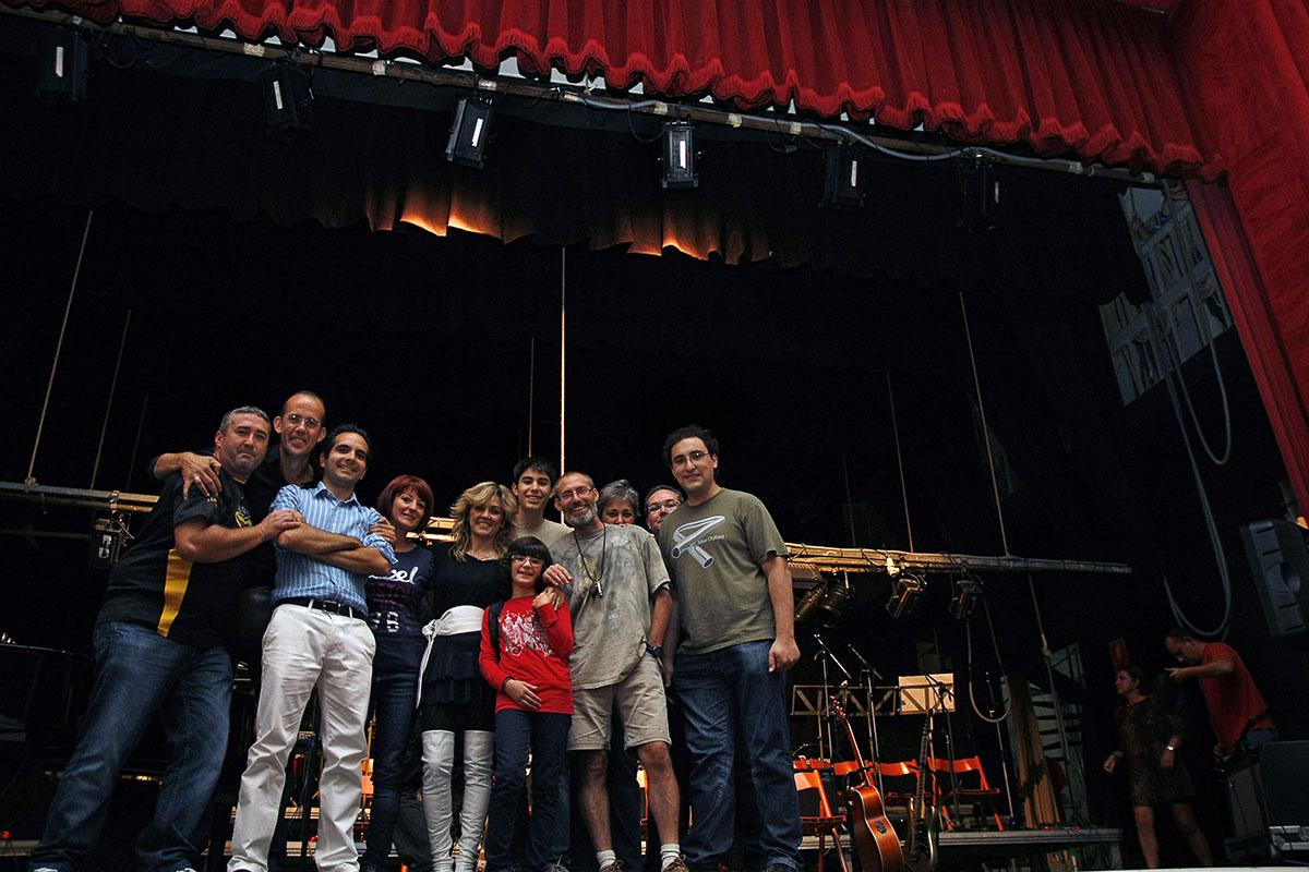 Otra foto de familia encima del escenario.
