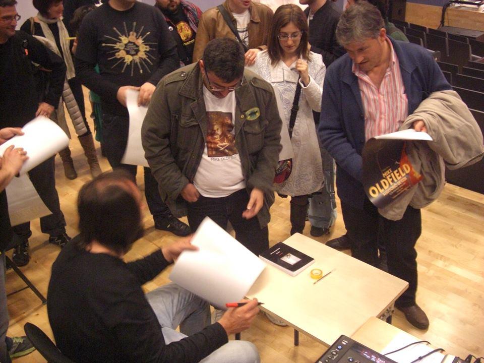 Silverio firmando pósters de Fadalack 2014
